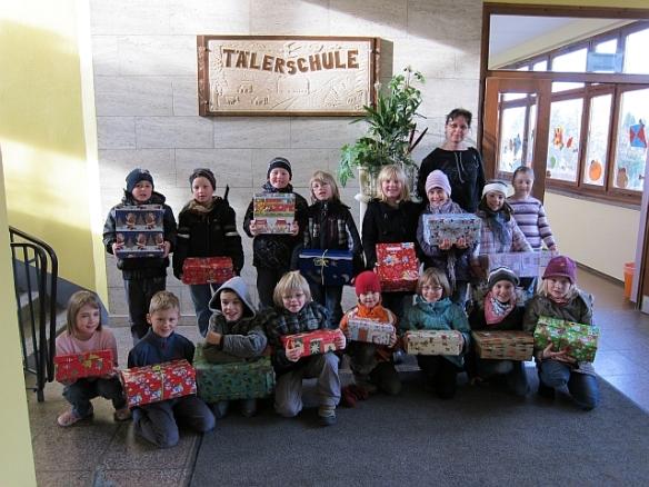 Alle Kinder der Klasse 2 mit ihren Geschenkkartons