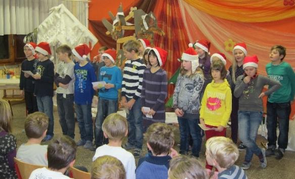 Die Klasse 4 beim Adventssingen.
