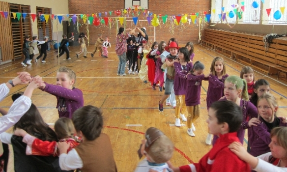 Polonaise zum Schulfasching der Tälerschule Ottendorf