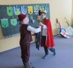 König Eric überreicht Schwert und Schild