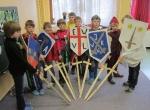 Die Ritter der Tälerschule mit ihren selbstgebauten Schwertern und Schildern