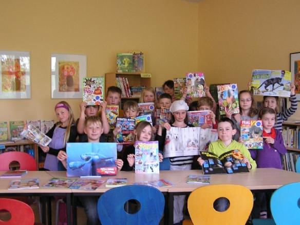 Die Klasse 3 mit den Zeitschriften in der Schulbibliothek