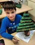 Die 1. Klasse beim Weihnachtsbaumbasteln